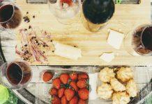 wijn met kaasplankje